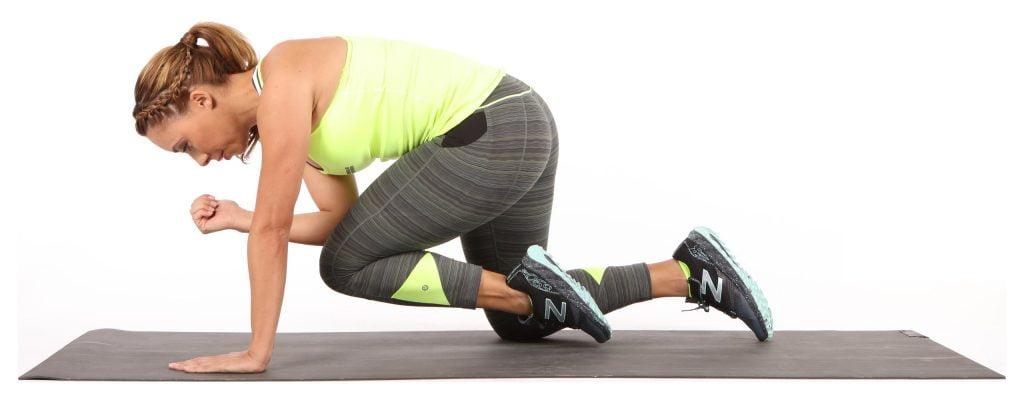挑戰平衡、鍛鍊腹肌的單膝跪姿超人式,不用器材,隨時都可在家做